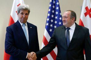 El secretario de Estado de Estados Unidos, John Kerry, junto al presidente de Georgia, Georgy Margvelashvili. Foto:AFP. Imagen Por:
