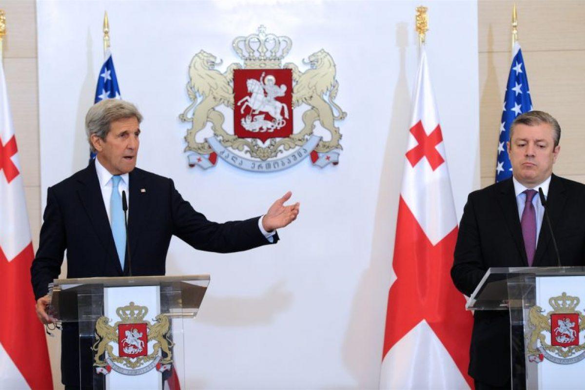 Kerry en conferencia de prensa junto a Giorgi Kvirikashvil, primer ministro de Georgia. Foto:AFP. Imagen Por:
