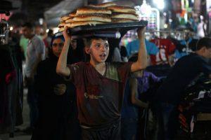 Un joven lleva tortillas en una feria, durante la celebración de la fiesta de la ruptura del ayuno (Eid al-Fitr). Foto:AFP. Imagen Por: