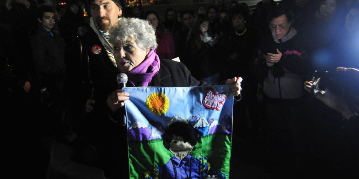 Madre de Rodrigo Rojas encabezó marcha en memoria del fallecido fotógrafo