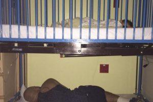 Andre Palmer descansa debajo de la cuna de hospital de su hijo de 20 meses de edad que sufrió una crisis asmática.. Imagen Por: