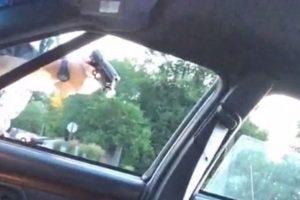 El oficial continuaba apuntando su arma, a pesar de que el cuerpo estaba inmóvil y lleno de sangre Foto:Facebook: Lavish Reynolds. Imagen Por: