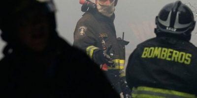 Dos muertos en incendio que afectó a viviendas y locales comerciales en Puente Alto