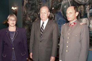 Michelle Bachelet como Ministra de Defensa, el entonces Presidente Ricardo Lagos y Juan Emilio Cheyre, cuando asume como Comandante en Jefe del Ejército.  Foto:AFP. Imagen Por: