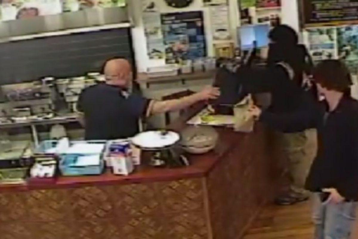 El empleado siguió atendiendo al cliente Foto:Canterbury Police/ Facebook. Imagen Por: