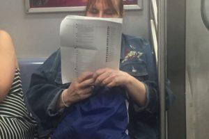 La mujer captada en el metro de Nueva York parece completamente concentrada en su lectura de comentarios de Facebook.. Imagen Por: