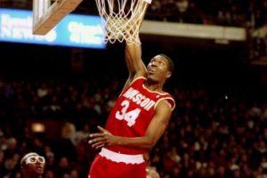 Hakeem Olajuwon. Después de 17 años con Houston, en 2002 se retiró con la camiseta de Toronto Foto:Getty Images. Imagen Por: