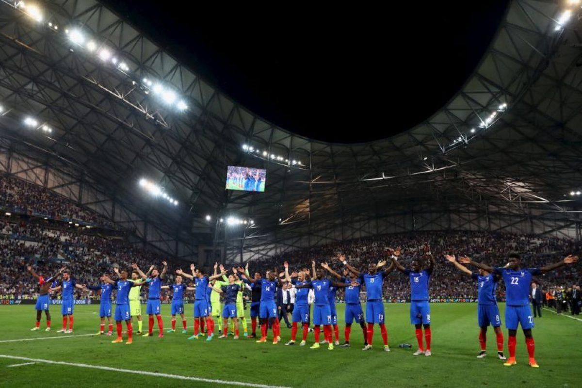 Con el 'uh' clásico de los islandeses, los galos celebraron el 2 a 0 que le propinaron a Alemani Foto:Getty Images. Imagen Por: