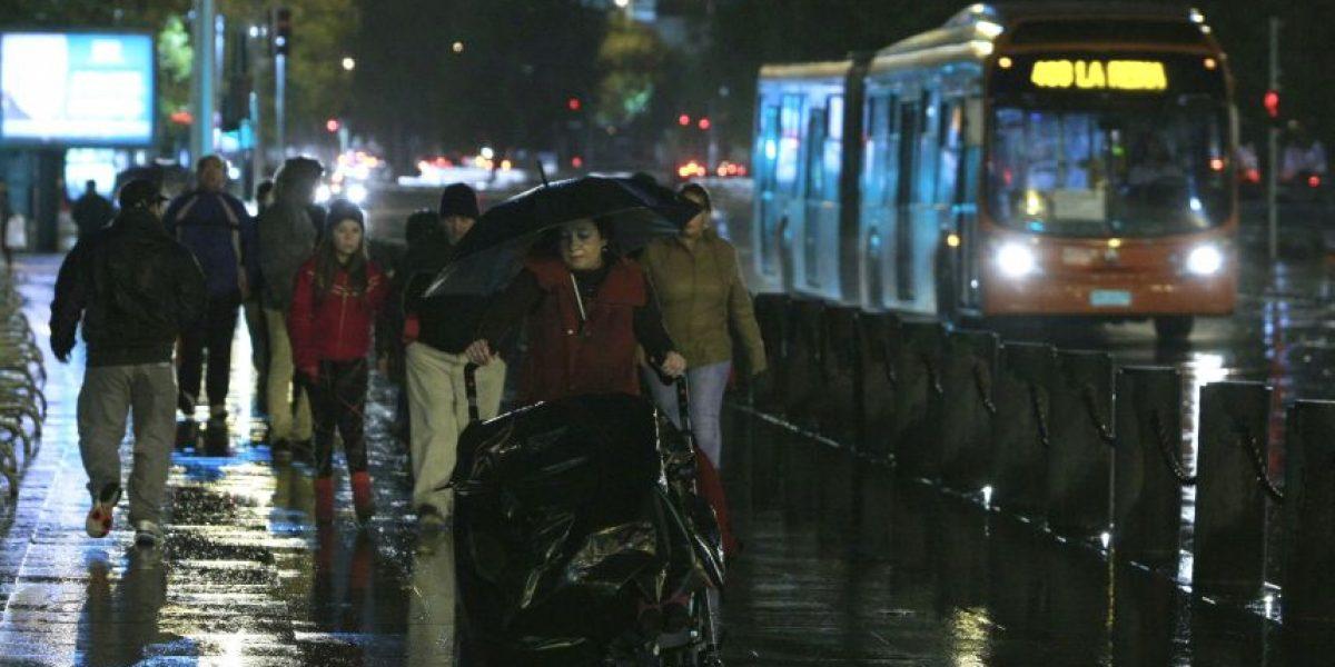 Lluvias llegan esta noche a la Región Metropolitana y se mantendrían durante gran parte de este lunes