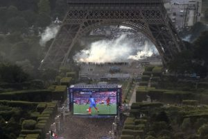 Durante el partido, hubo enfrentamientos en la Torre Eiffel Foto:AFP. Imagen Por: