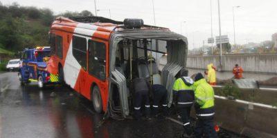 Se partió en dos: bus del Transantiago protagonizó accidente en autopista