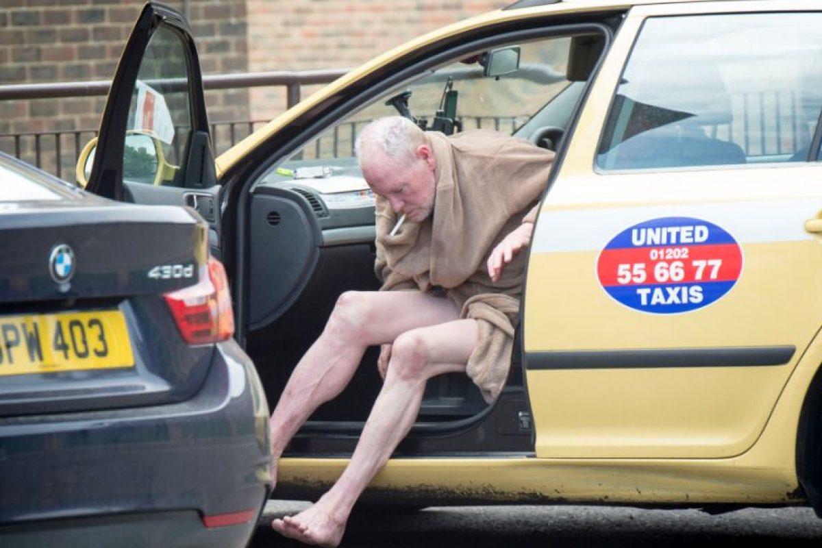 En las imágenes se ve al ex seleccionado inglés bajando de un taxi en bata, sin ropa interior, para comprar cigarillos y alcohol. Revisa la evolución del mediocampista Foto:The Sun. Imagen Por: