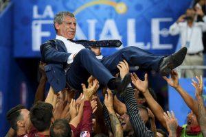 Fernando Santos lideró a los lusos al título Foto:Getty Images. Imagen Por: