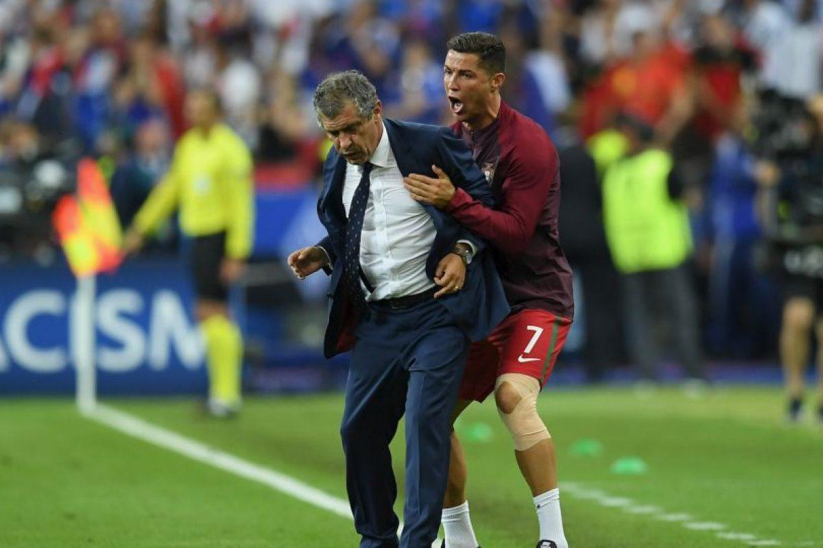Incluso, casi termina golpeando, por casualidad, al técnico Fernando Santos Foto:Getty Images. Imagen Por: