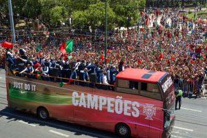 El bus descapotable sirvió para que los hinchas vieran a sus campeones y el trofeo de la Eurocopa Foto:Getty Images. Imagen Por: