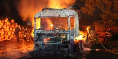 Los Ángeles: investigan incendio de dos camiones al interior de fundo