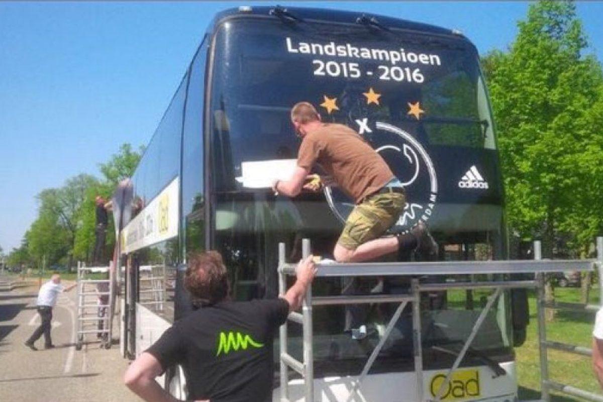 No son los primeros que se quedan con las ganas en esta temporada y Ajax también tuvo que guardar su bus de campeón, luego que perdieran el título en la última fecha Foto:Captura de pantalla. Imagen Por: