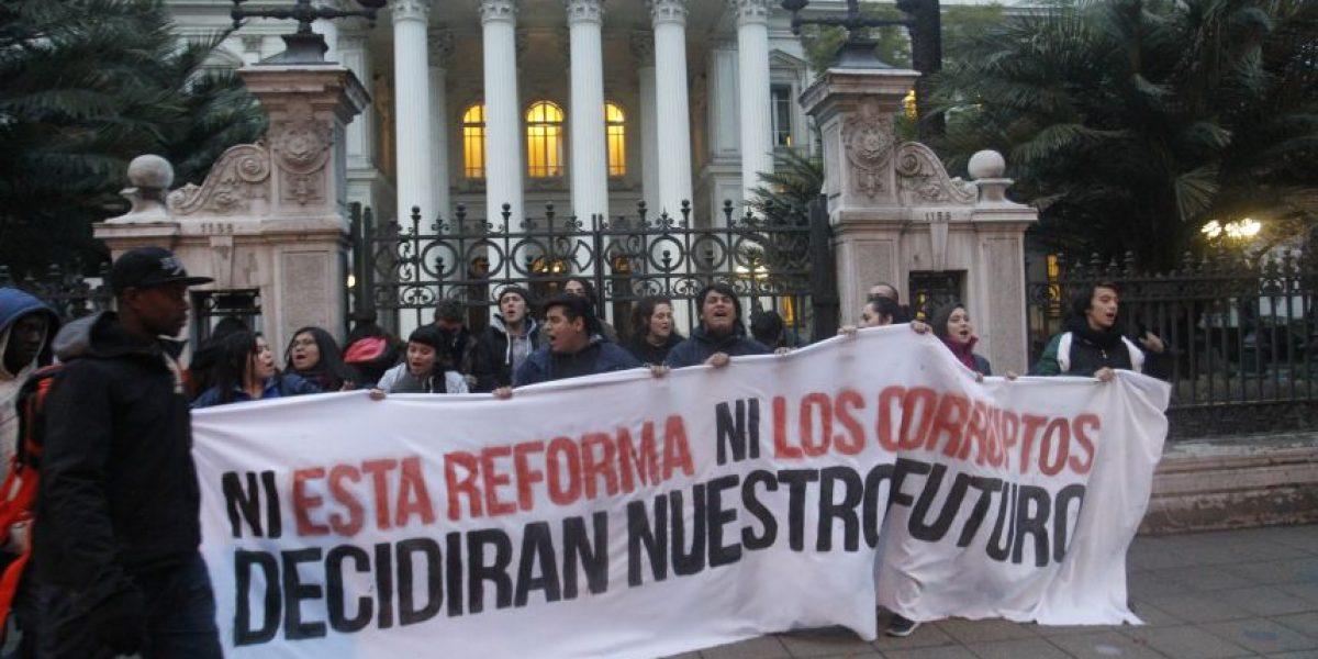 Estudiantes se encadenan en el ex Congreso en protesta contra Reforma Educacional