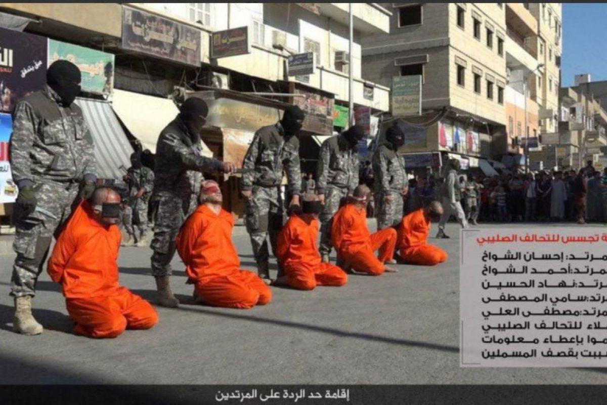 Los futbolistas son acusados de practicar una actividad contraria al Islam Foto:Twitter @Raqqa_SL. Imagen Por:
