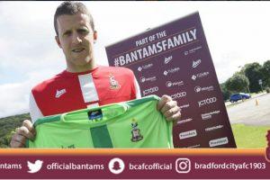 El equipo inglés hizo valer la cláusula de salida que se activó por el descenso de su ex equipo, Blackpool Foto:Twitter oficial Bradford. Imagen Por: