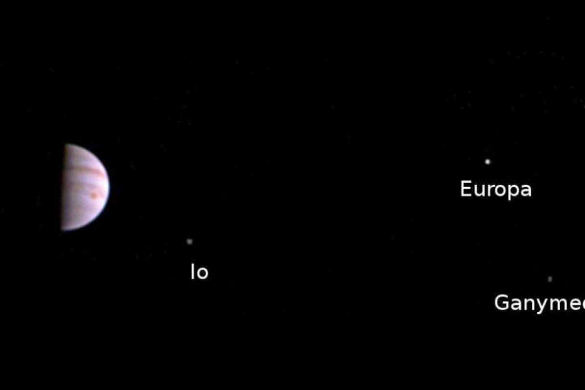 Se ven tres de sus cuatro lunas Foto:NASA. Imagen Por: