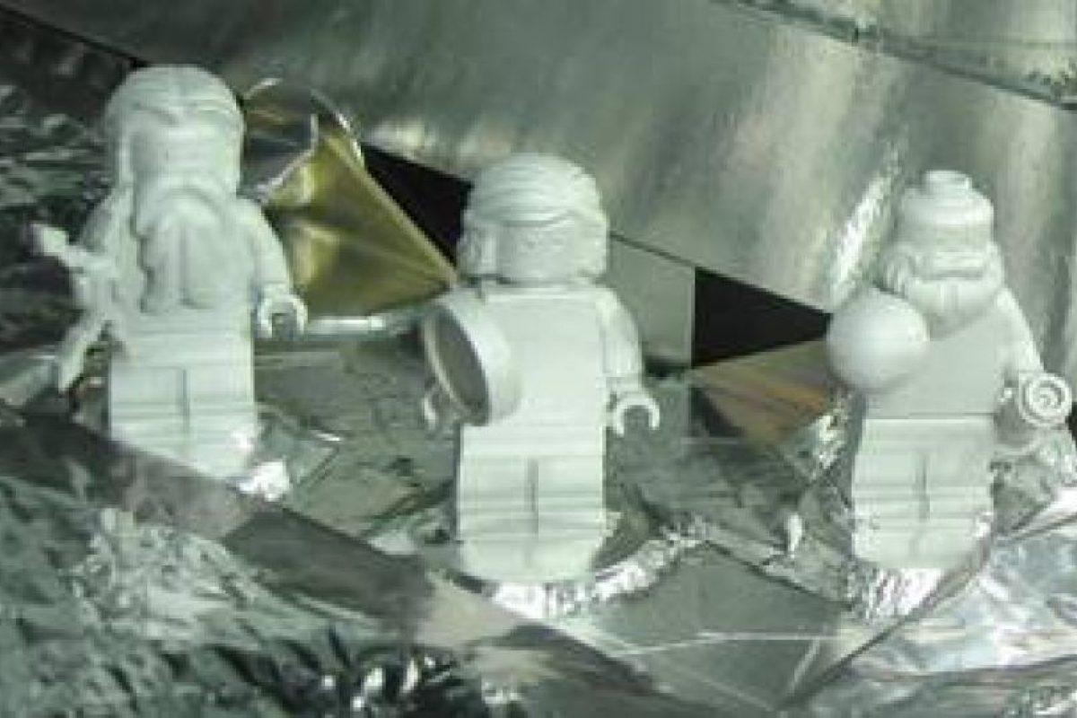 Aunque la misión no es tripulada por seres humanos, lleva tres figuras de Lego Foto:NASA. Imagen Por: