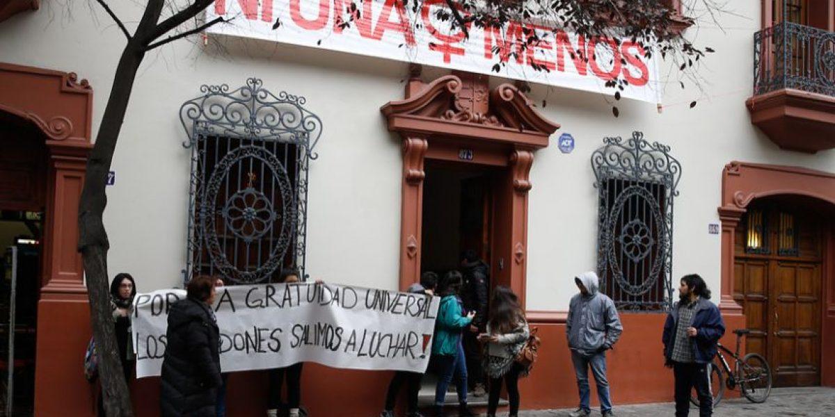 Estudiantes se toman sedes de partidos de Nueva Mayoría exigiendo gratuidad universal