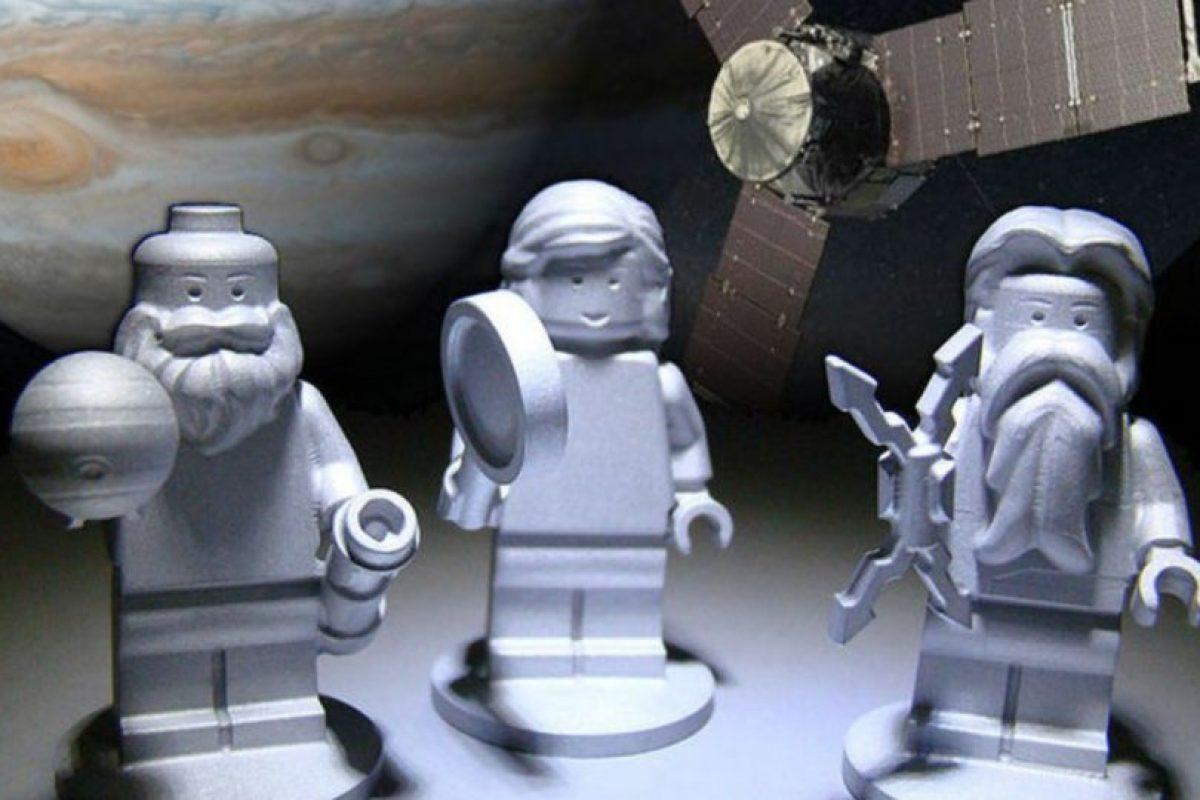 El dios romano Júpiter, su esposa Juno y el científico italiano Galileo Galilei llegaron a la órbita de Júpiter convertidos en figuras de Lego fabricadas de aluminio. Foto:NASA. Imagen Por: