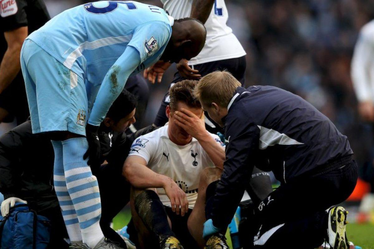 En Inglaterra fue suspendido con cuatro partidos por pisar la cabeza de Scott Parker Foto:Getty Images. Imagen Por: