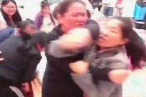 Mientras que los acompañantes de las mujeres también participaron en la pelea. Foto:Reproducción Youtube/24 Horas. Imagen Por:
