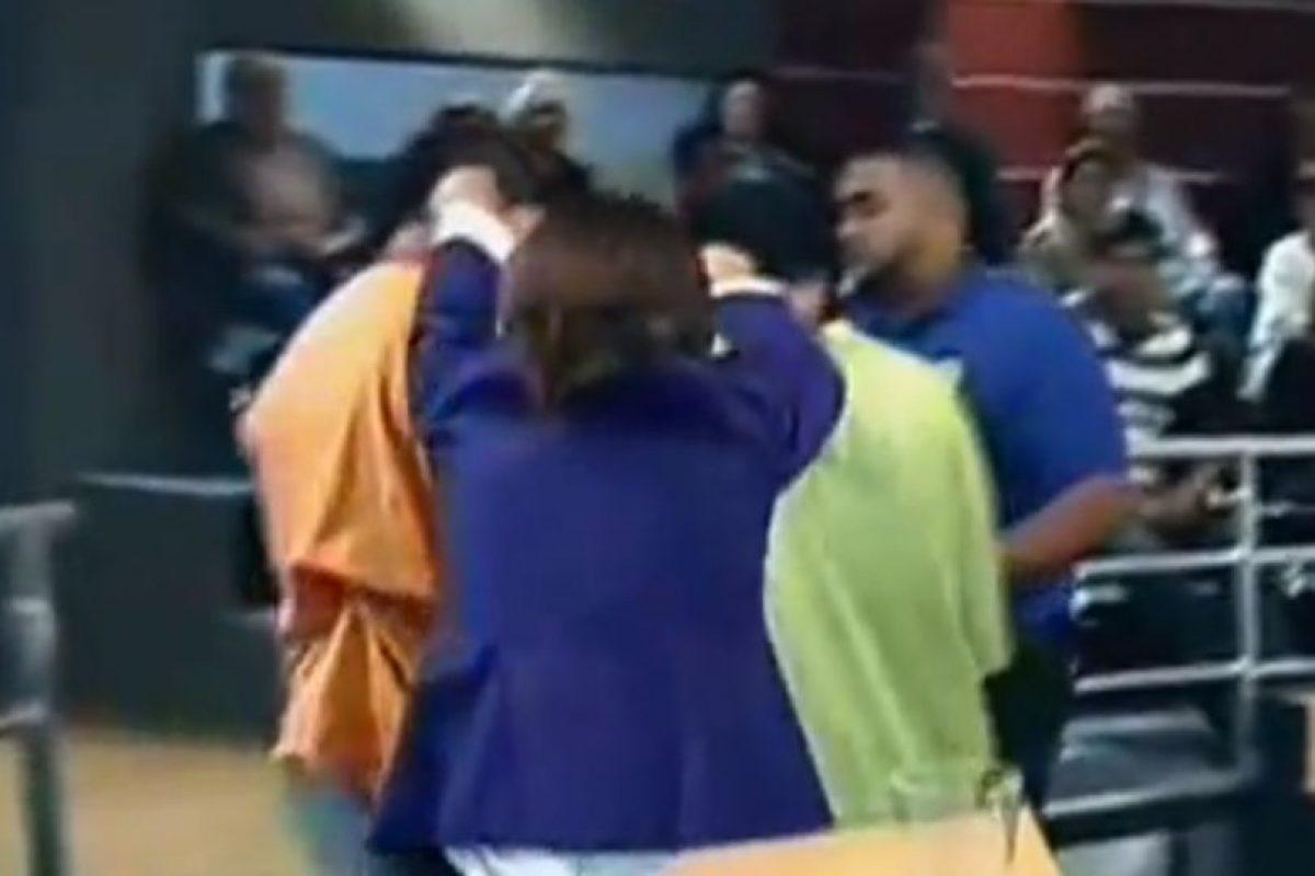 Ana María, harta de los dos litigantes, los saca jalados de las orejas. Foto:Telemundo. Imagen Por:
