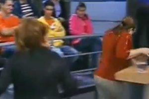 Otra le echa agua a su demandada. Foto:Telemundo. Imagen Por: