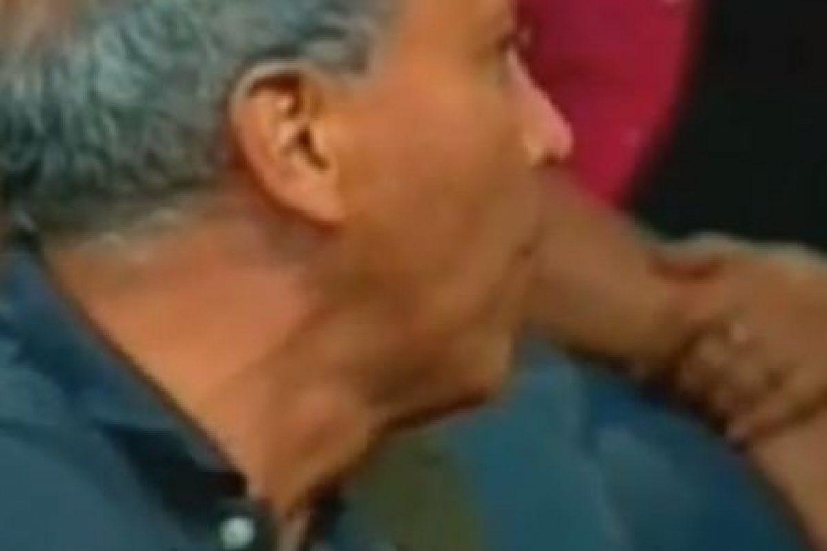 Un denunciante se pone a pelear con el guardia de seguridad, que secunda a Ana María en pedirle silencio. Foto:Telemundo. Imagen Por: