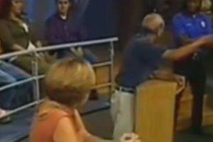 El denunciante sigue discutiendo con el guardia. Foto:Telemundo. Imagen Por: