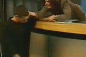 Ana María lo toma de la oreja para reprenderle. Foto:Telemundo. Imagen Por:
