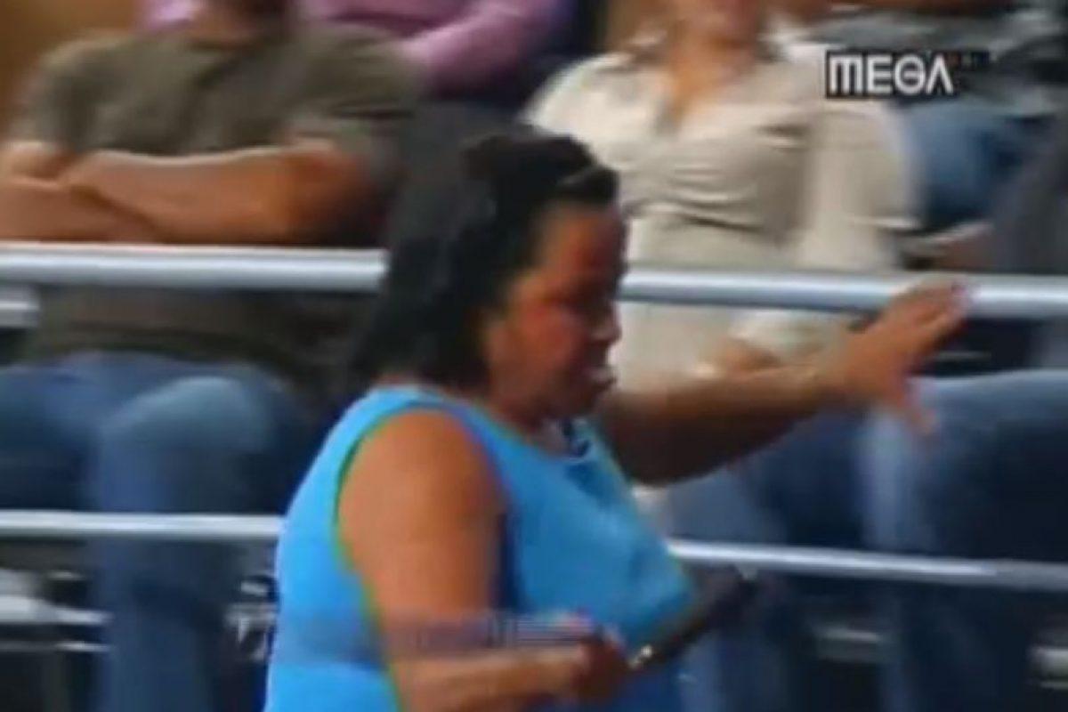 A pesar de su discapacidad, trata de golpear a quien demanda. Foto:Telemundo. Imagen Por: