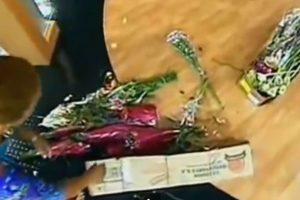 Una vendedora de flores lanzó toda su mercancía. Foto:Telemundo. Imagen Por: