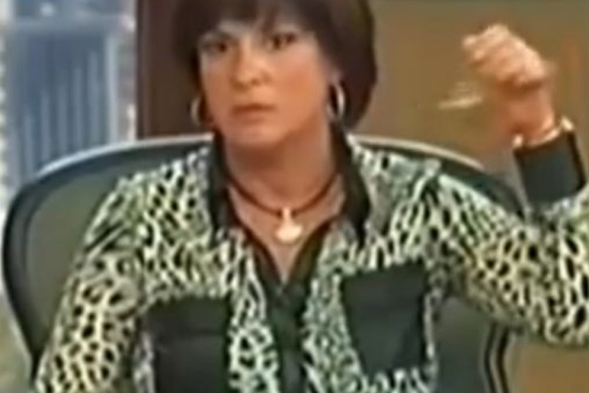 Ella tiene que tomar una cadenita y hacerla sonar. Foto:Telemundo. Imagen Por: