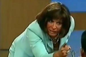"""El tipo la sigue golpeando y Ana María dice: """"no frente a mí"""". Foto:Telemundo. Imagen Por:"""