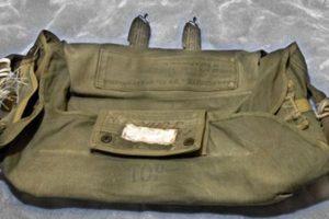 La mochila de uno de los paracaidas que el hombre finalmente no utilizó. Foto:FBI. Imagen Por: