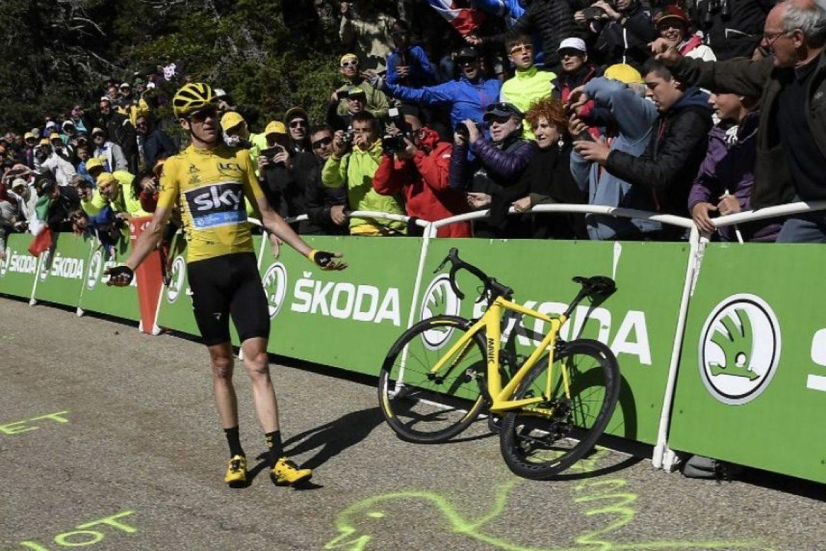 Cuando finalmente llegó su bicicleta, pudo seguir el recorrido Foto:AFP. Imagen Por: