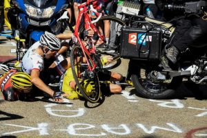 Richie Porte chocó con una moto y también se vio afectado el Foto:AFP. Imagen Por: