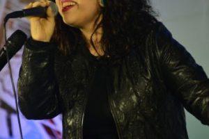 Paula Domínguez: canta música romántica. Con sólo 16 años, comenzó a cantar en los talleres de arte de la Teletón, ya que desde los tres años comenzó a tener limitaciones físicas. Hoy estudia canto y se perfila dentro del soul y del folclor latino. Foto:Metro de Santiago. Imagen Por: