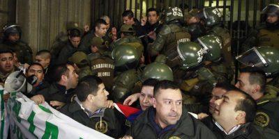 Funcionarios de Gendarmería se encadenan al Ministerio de Justicia y cuestionan a Javiera Blanco