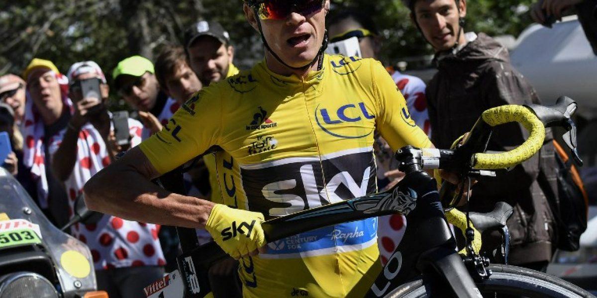Froome sigue de líder del Tour de Francia pese a accidente que lo hizo recorrer varios metros a pie
