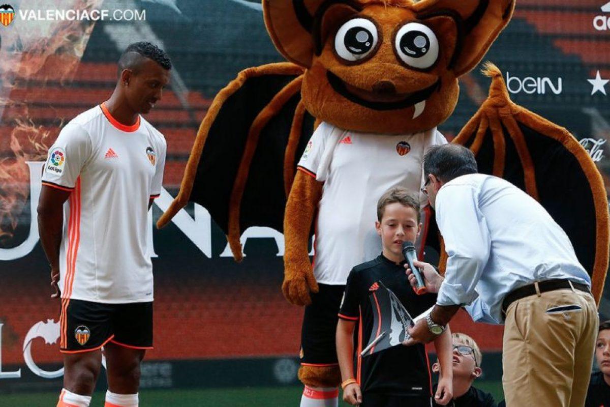 El portugués respondió preguntas de los niños, realizó juegos con el balón y escuchó su nombre coreado por miles de fanáticos Foto:Twitter Valencia. Imagen Por: