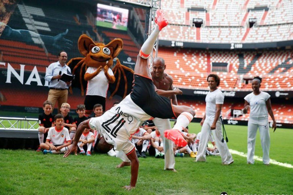 Nani no es sólo fútbol y también se lució bailando capoeira Foto:Twitter Valencia. Imagen Por: