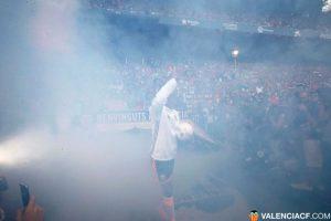 El portugués y recientemente campeón de la Eurocopa causó expectación de los hinchas Foto:Twitter Valencia. Imagen Por: