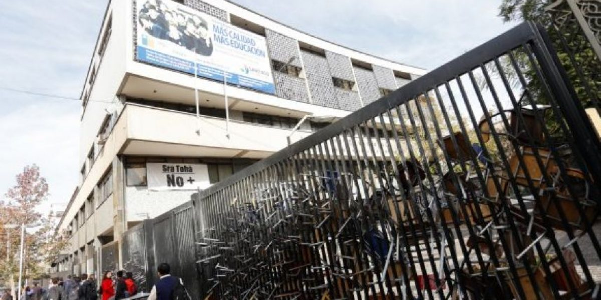 Estudiantes se vuelven a tomar el Instituto Nacional tras desalojo de esta mañana