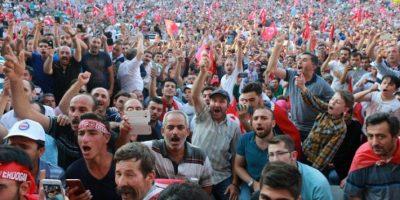 Miles de personas piden ante el Parlamento turco la pena de muerte tras golpe